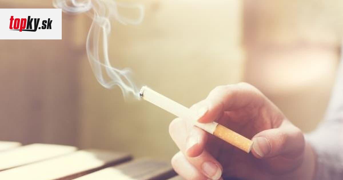 dve dievčatá dávajú fajčenie